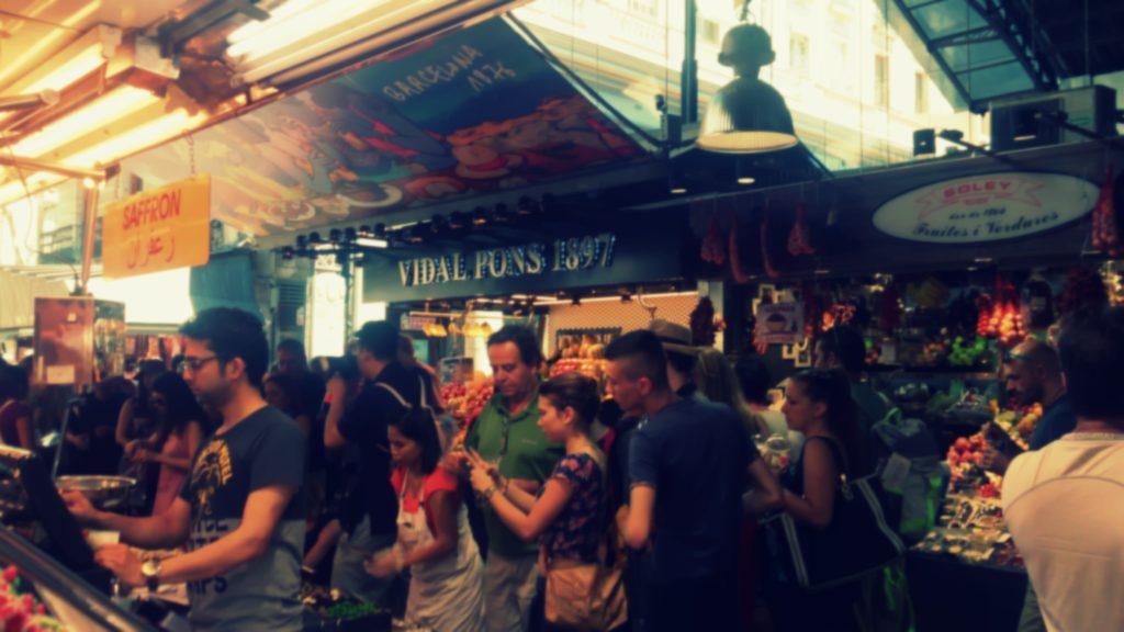 Tłumy ludzi na targu w Barcelonie