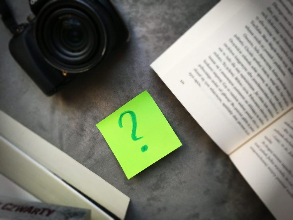 Książki, aparat fotograficzny, znak zapytania