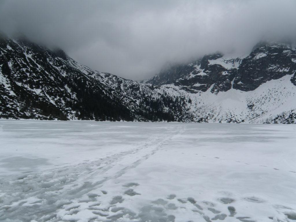 Zima w górach, pochmurne niebo