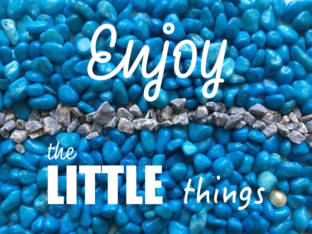 Enjoy the little things niebieskie kamyczki