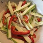 Smażenie w woku cukinii, papryki i cebuli
