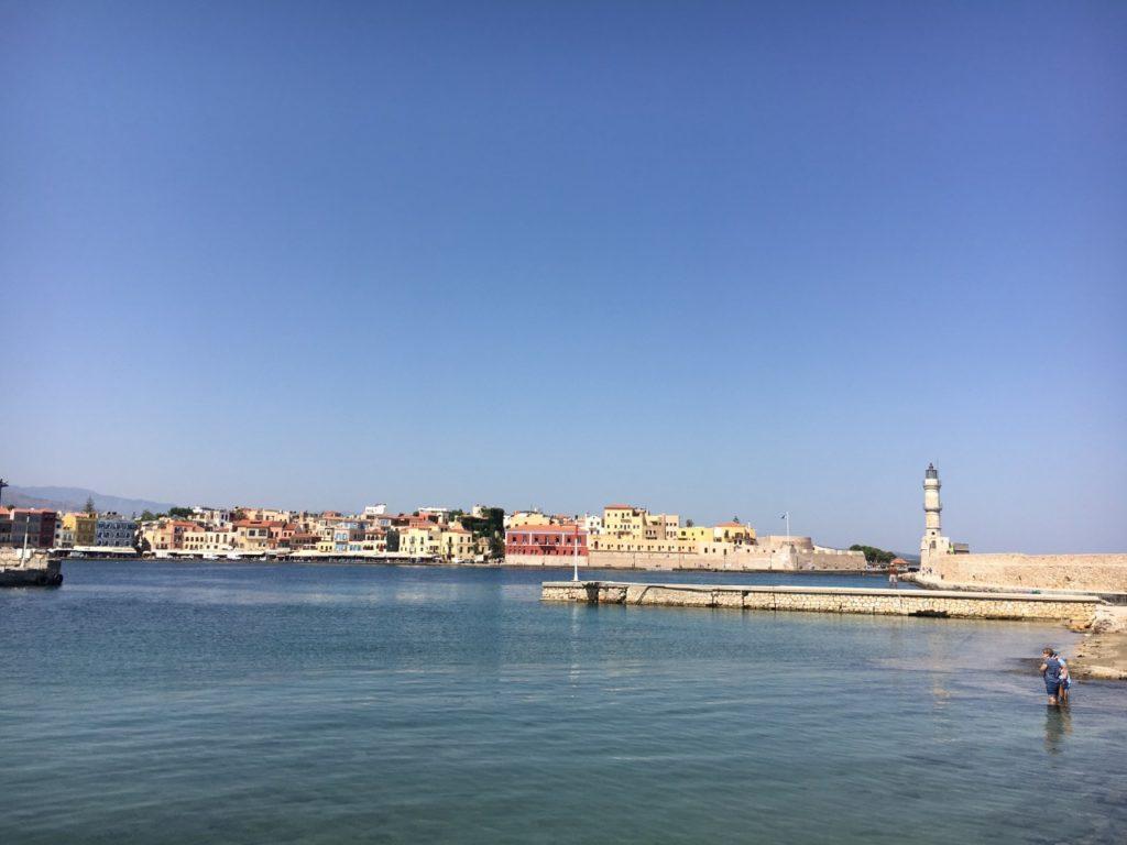 widok na port i latarnię morską w Chanii na Krecie