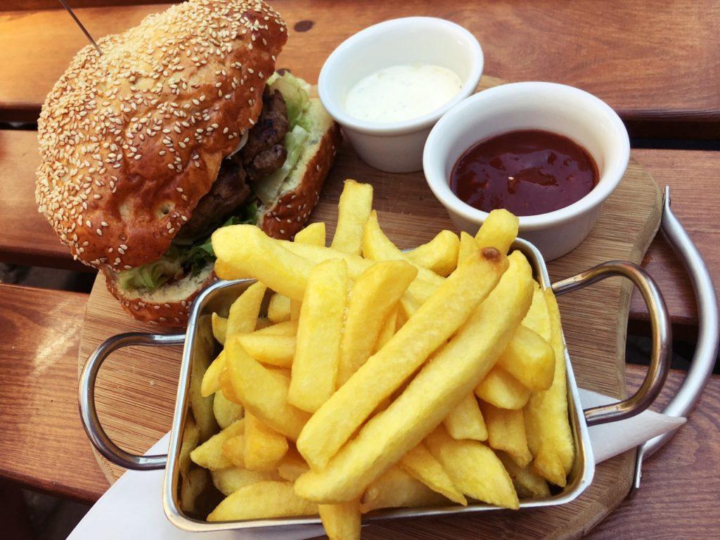 Burger z frytkami