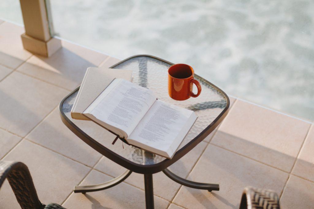 czerwony kubek taras balkon czytanie na balkonie
