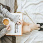 urlop odpoczynek z książką kawa