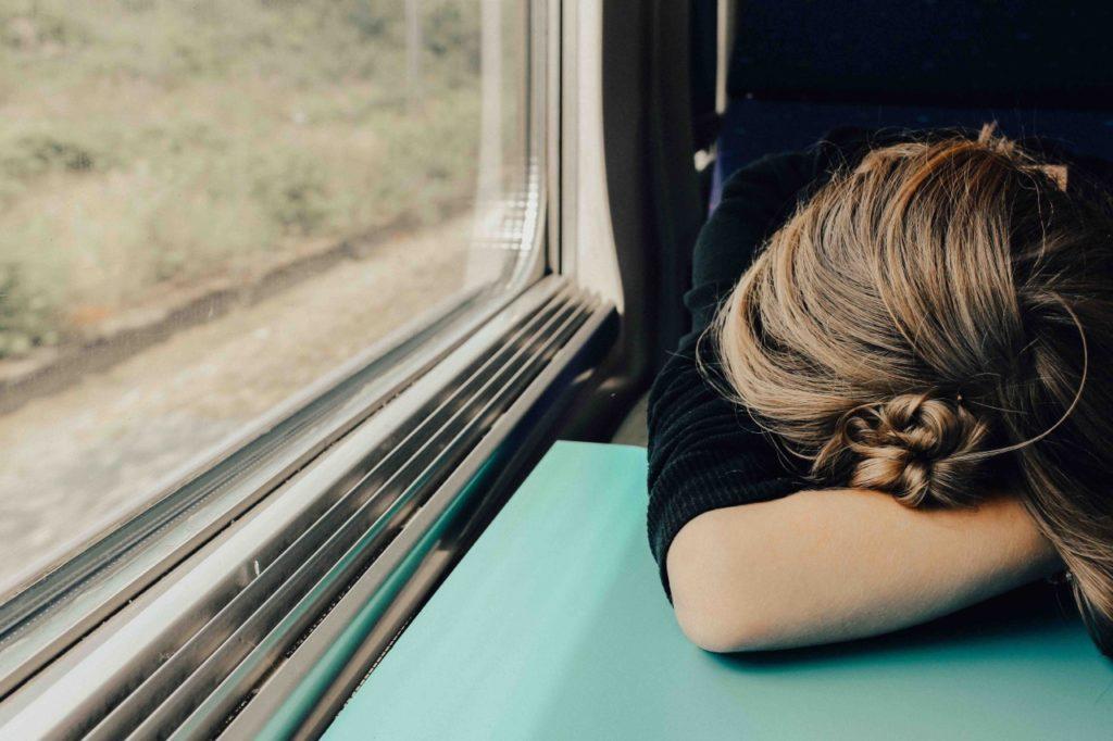 zmęczona kobieta w pociągu