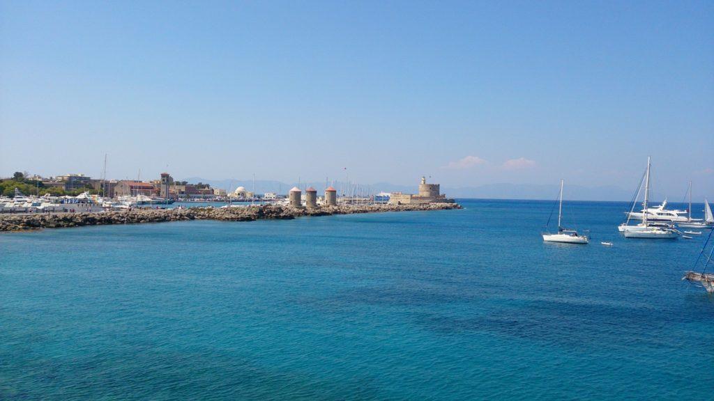 Port Mandraki i latarnia morska w Rodos