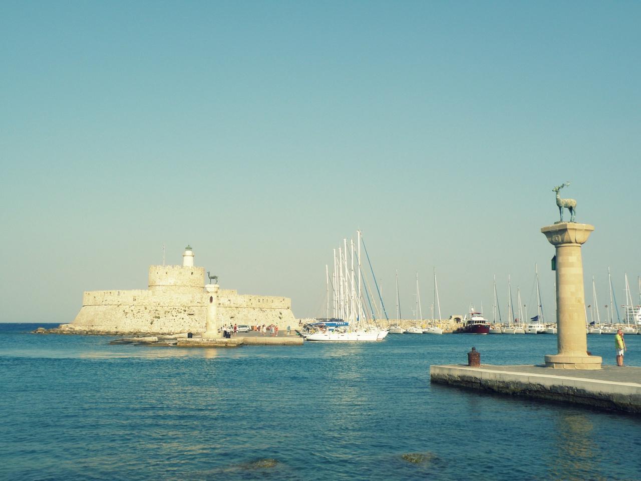 Port Mandraki strzeże latarnia morska Agios Nikolaos